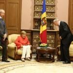 """Angela Merkel, """"aterizare moale la Chişinău"""""""