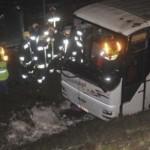 ACCIDENT în Ungaria: Un autocar înmatriculat în România a căzut într-un canal adânc de 10 metri. Dintre cei 22 de răniţi, trei au cetăţenie română. Românii internaţi vor fi externaţi azi