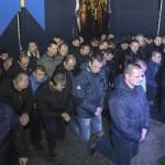 Poliţiştii din Ucraina îşi cer IERTARE în genunchi