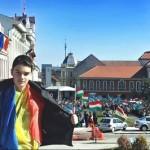 """Un băiat din Sfântu Gheorghe care s-a pozat cu steagul României, de 15 martie, ameninţat pe Facebook. Sanci Kanyo: """"Nu-l omorâţi, vin acasă şi vreau şi eu să-i dau"""""""