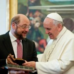 SONDAJ IRES. Romanii nu si-ar da votul unui politician ateu. Principalii candidati la sefia Comisiei Europene au apartenenta catolica.