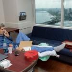 John Kerry a postat pe Twitter o fotografie cu el în spital, la zece zile după o fractură de femur