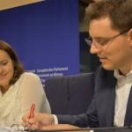"""FOTO Peste 40.000 de semnături ale campaniei naționale """"România cere Schengen"""", susținută de eurodeputatul Victor Negrescu, au fost depuse la Parlamentul European"""