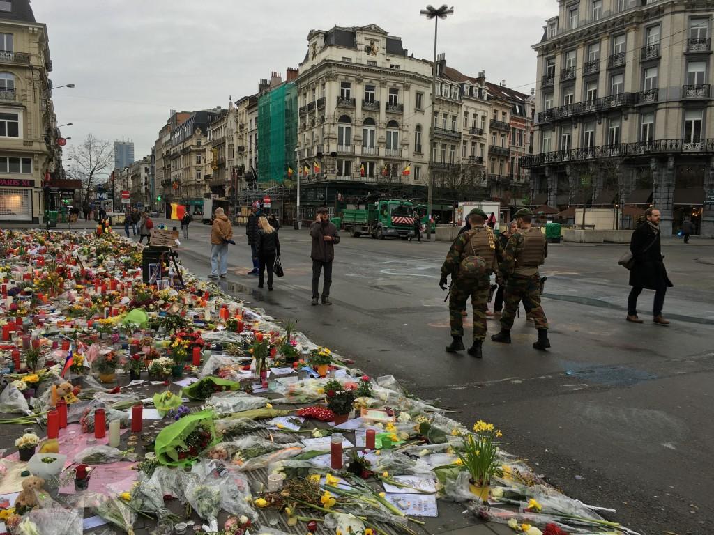 FOTO: CaleaEuropeana.ro/ Boerse Place, locul unde mii de persoane comemorează victimele atentatelor din 22 martie 2016, patrulat de militari