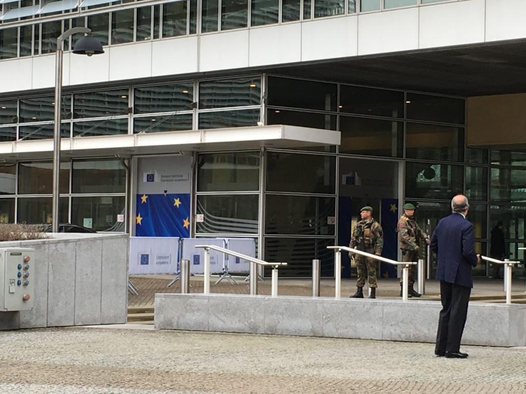 FOTO: CaleaEuropeana.ro/ Sediul Comisiei Europene păzit de militari