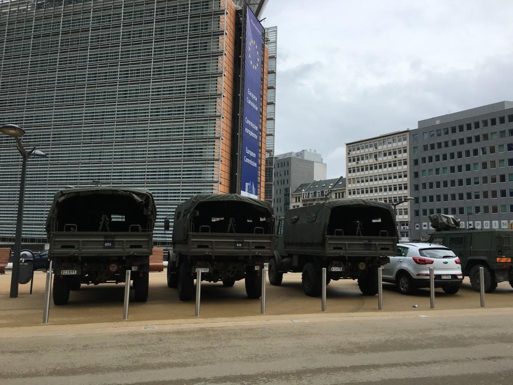 FOTO: CaleaEuropeana.ro/ Scuarul străzii care separă sediul Comisiei Europene de cel al Consiliului UE s-a transformat în loc de parcare pentru mașinile militarilor care asigură protecție în zonă