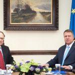 """Președintele Klaus Iohannis a decorat un înalt oficial NATO pentru """"sprijinul constant acordat României și pentru viziunea pusă în dezvoltarea și realizarea securității euro-atlantice"""""""