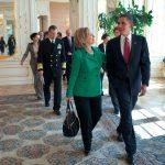 """VIDEO """"Sunt cu ea"""" – Barack Obama s-a folosit de sloganul de campanie al lui Hillary Clinton pentru a-și anunța sprijinul pentru aceasta în cursa pentru Casa Albă"""