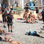 Poliţiştii francezi au obligat o femeie musulmană să se dezbrace de burkini, pe o plajă din Nisa