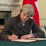 FOTOGRAFIE ISTORICĂ: Theresa May a semnat activarea BREXIT. Premierul britanic a discutat înainte cu Angela Merkel, Donald Tusk și Jean-Claude Juncker