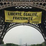 Alegeri în Franța. Greenpeace desfăşoară un banner uriaş împotriva Frontului Naţional, pe Turnul Eiffel