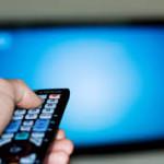 STUDIU: Cât se uită românii la TV şi cât timp navighează pe internet zilnic