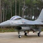 Primii doi piloți români au zburat în simplă comandă pe aeronava F-16