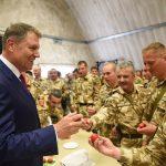 Galerie FOTO Klaus Iohannis a sărbătorit prima zi de Paști în Afganistan cu militarii români: Mă bucur foarte mult că în cea mai importantă zi a creștinătății mă aflu în mijlocul vostru