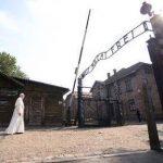 """IMAGINEA ZILEI Papa Francisc, apel la memoria umanității: """"Cruzimea nu s-a oprit la Auschwitz. Astăzi, același lucru se întâmplă în atât de multe locuri"""""""