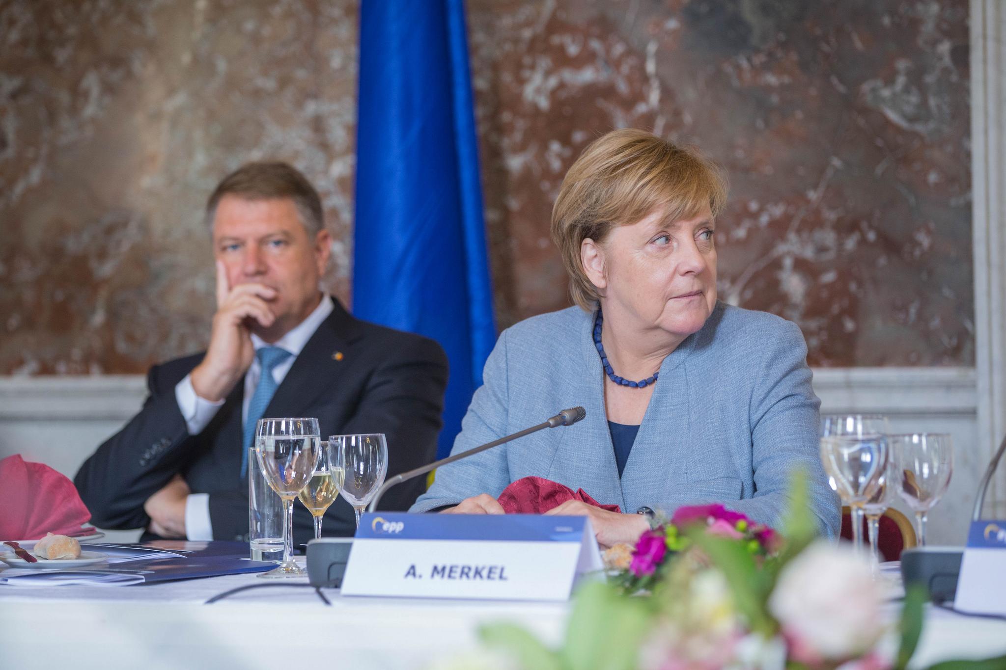 Galerie FOTO: Klaus Iohannis, alături de Angela Merkel și Jean-Claude  Juncker la summit-ul PPE înaintea Consiliului European - caleaeuropeana.ro