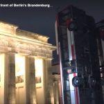 Un artist a instalat trei autocare răsturnate lângă poarta Brandenburg din capitala Germaniei. Ce semnificație au acestea