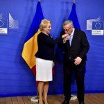 IMAGINEA ZILEI Președintele Comisiei Europene Jean-Claude Juncker i-a pupat mâna premierului Viorica Dăncilă la întâlnirea comisarilor europeni cu Guvernul României